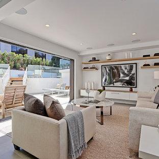 Ejemplo de sala de estar con barra de bar abierta, actual, de tamaño medio, con paredes blancas, suelo de madera clara y televisor colgado en la pared