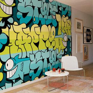 Diseño de sala de estar abierta, ecléctica, pequeña, sin chimenea y televisor, con paredes multicolor y suelo de madera clara