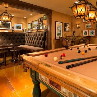 ミネアポリスの大きいトラディショナルスタイルのおしゃれなファミリールーム (ゲームルーム、オレンジの壁、暖炉なし) の写真