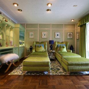 Réalisation d'une salle de séjour tradition avec un mur vert, un sol en bois brun et un sol marron.