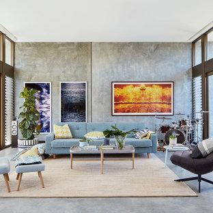 Exempel på ett industriellt allrum, med ett musikrum, grå väggar, betonggolv och grått golv