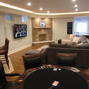 シカゴの中サイズのトラディショナルスタイルのおしゃれなファミリールーム (白い壁、レンガの暖炉まわり、ゲームルーム、無垢フローリング、コーナー設置型暖炉、壁掛け型テレビ、茶色い床) の写真