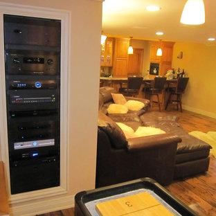 シカゴの中サイズのトラディショナルスタイルのおしゃれな独立型ファミリールーム (ゲームルーム、ベージュの壁、無垢フローリング、暖炉なし、壁掛け型テレビ、茶色い床) の写真
