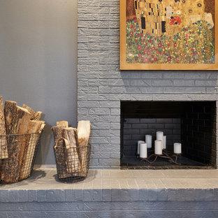 デンバーの中サイズのコンテンポラリースタイルのおしゃれなオープンリビング (グレーの壁、標準型暖炉、レンガの暖炉まわり) の写真