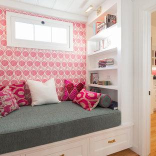 Imagen de sala de estar tradicional renovada, pequeña, sin chimenea y televisor, con paredes rosas y suelo de madera clara