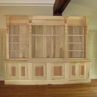 Пример оригинального дизайна: гостиная комната в классическом стиле с библиотекой и полом из фанеры