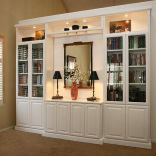 Idee per un piccolo soggiorno classico chiuso con libreria, pareti beige, moquette, nessun camino e nessuna TV