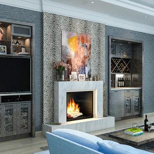 ロサンゼルスの中サイズのエクレクティックスタイルのおしゃれなファミリールーム (グレーの壁、淡色無垢フローリング、埋込式メディアウォール、標準型暖炉) の写真