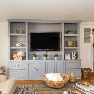 Foto di un soggiorno classico di medie dimensioni e aperto con pareti beige, pavimento in legno massello medio e parete attrezzata