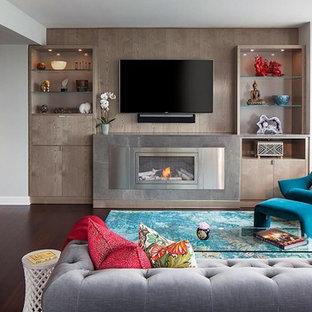 ロサンゼルスの中サイズのコンテンポラリースタイルのおしゃれなファミリールーム (白い壁、濃色無垢フローリング、標準型暖炉、コンクリートの暖炉まわり、壁掛け型テレビ、茶色い床) の写真