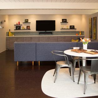 Idee per un piccolo soggiorno minimalista chiuso con sala giochi, pareti blu, pavimento in sughero e TV a parete