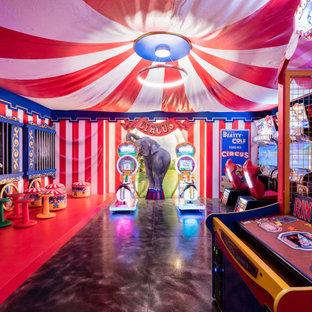 Esempio di un grande soggiorno eclettico con pareti multicolore, pavimento in cemento, pavimento nero, sala giochi e carta da parati