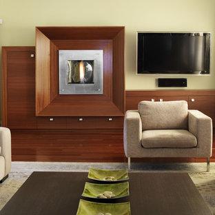 Inspiration pour une salle de séjour asiatique avec un mur vert, un manteau de cheminée en bois, un téléviseur fixé au mur, un sol en bois brun et une cheminée ribbon.