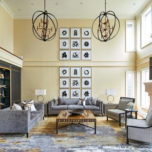 Esempio di un soggiorno tradizionale con pareti gialle, camino classico, cornice del camino in pietra, TV a parete, pavimento marrone e pavimento in legno massello medio