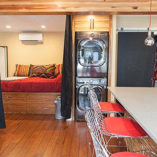 ポートランドの小さいコンテンポラリースタイルのおしゃれなファミリールーム (ベージュの壁、竹フローリング) の写真
