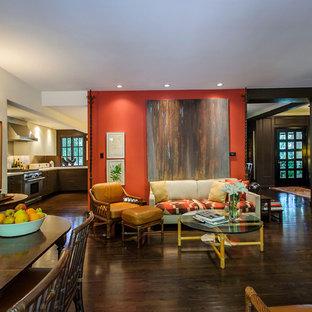 Aménagement d'une salle de séjour classique ouverte et de taille moyenne avec un mur orange, un sol en bois foncé et un sol marron.