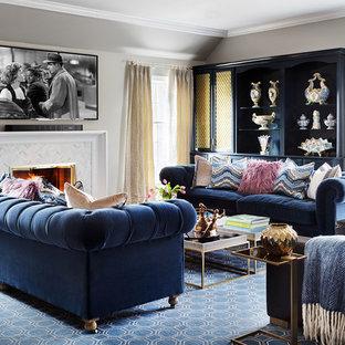 Foto di un soggiorno chic con pareti grigie, moquette, camino classico, cornice del camino piastrellata, TV a parete e pavimento blu