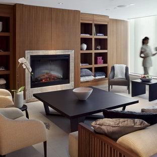 バンクーバーの中サイズのコンテンポラリースタイルのおしゃれなファミリールーム (標準型暖炉、茶色い壁、タイルの暖炉まわり) の写真
