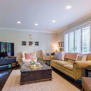 シカゴの中サイズのトロピカルスタイルのおしゃれな独立型ファミリールーム (白い壁、濃色無垢フローリング、標準型暖炉、石材の暖炉まわり、コーナー型テレビ、茶色い床) の写真