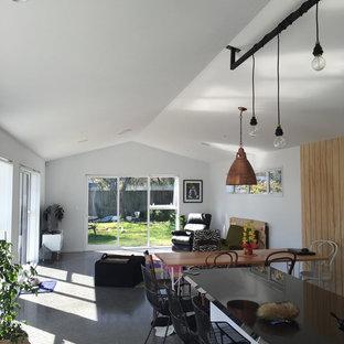 Idéer för ett mellanstort industriellt allrum med öppen planlösning, med ett musikrum, vita väggar, betonggolv och en fristående TV