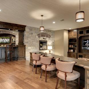 Klassisches Wohnzimmer mit Hausbar in Minneapolis