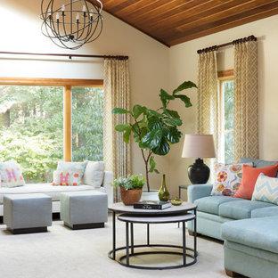 Diseño de sala de estar cerrada, clásica renovada, de tamaño medio, con moqueta, paredes beige y suelo blanco