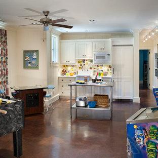 他の地域のトラディショナルスタイルのおしゃれなファミリールーム (コンクリートの床、ゲームルーム) の写真
