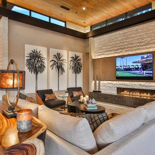 Exemple d'une salle de séjour tendance de taille moyenne et ouverte avec un mur beige, un sol en carrelage de porcelaine, une cheminée ribbon, un manteau de cheminée en pierre, un téléviseur fixé au mur et un sol beige.