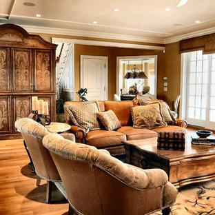 フィラデルフィアの中サイズのトラディショナルスタイルのおしゃれな独立型ファミリールーム (無垢フローリング、茶色い壁、内蔵型テレビ、コーナー設置型暖炉、タイルの暖炉まわり、茶色い床) の写真