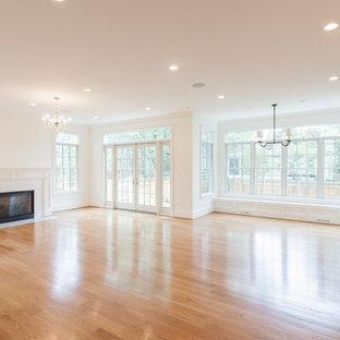Foto de sala de estar abierta, campestre, con suelo de madera clara, chimenea tradicional, marco de chimenea de baldosas y/o azulejos y suelo marrón