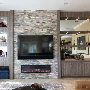 Ispirazione per un ampio soggiorno design chiuso con pareti beige, pavimento in marmo, camino sospeso, cornice del camino in pietra ricostruita, parete attrezzata e pavimento beige