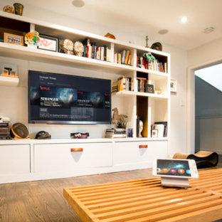 Ispirazione per un soggiorno minimalista di medie dimensioni e chiuso con sala giochi, pareti bianche, parquet scuro, nessun camino e parete attrezzata