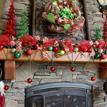 Family Room - Deco Mesh Christmas Wreath And Mantle