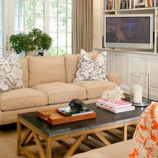 Diseño de sala de estar clásica renovada con pared multimedia