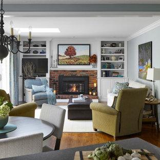 Mittelgroßes, Offenes Klassisches Wohnzimmer mit braunem Holzboden, Kamin, Kaminumrandung aus Backstein, Eck-TV, braunem Boden und blauer Wandfarbe in Toronto