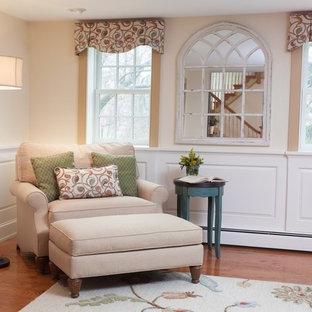 Foto de sala de estar cerrada, de estilo de casa de campo, de tamaño medio, sin chimenea y televisor, con paredes beige, suelo de madera en tonos medios y suelo marrón
