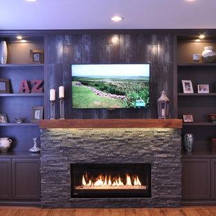 Diseño de sala de estar actual, pequeña, con paredes grises, suelo de madera en tonos medios, chimenea lineal y marco de chimenea de piedra