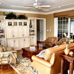 フィラデルフィアの中サイズのトラディショナルスタイルのおしゃれなファミリールーム (無垢フローリング、コーナー設置型暖炉、木材の暖炉まわり、茶色い壁、内蔵型テレビ、茶色い床) の写真