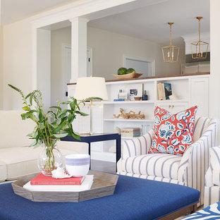 Cette image montre une grand salle de séjour traditionnelle ouverte avec un sol en bois foncé.