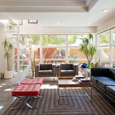 Modern Family Room by KuDa Photography