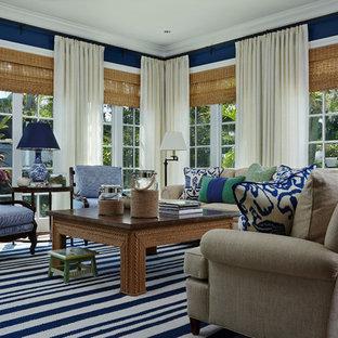 Idée de décoration pour une salle de séjour tradition de taille moyenne et fermée avec un mur bleu, un sol en bois brun, un téléviseur fixé au mur et un sol multicolore.