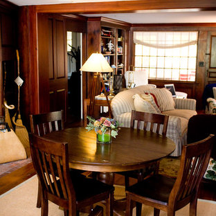 Diseño de sala de estar con biblioteca cerrada, campestre, grande, con paredes marrones y suelo de ladrillo