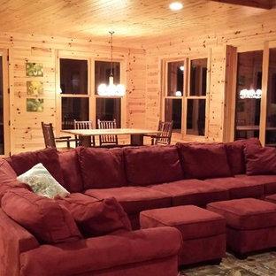 Esempio di un soggiorno american style aperto con parquet chiaro, camino ad angolo, cornice del camino in pietra e TV autoportante