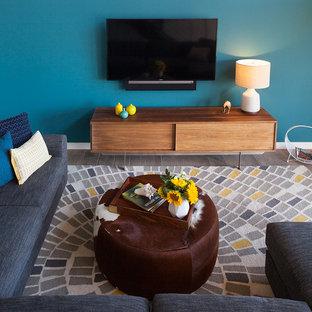 Foto di un soggiorno bohémian con pareti blu, pavimento in gres porcellanato e TV a parete