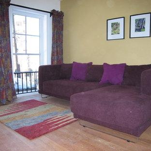 Idee per un soggiorno tradizionale di medie dimensioni con pareti gialle e parquet chiaro