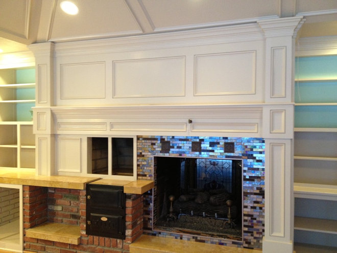 Traditional Family Room by JEMM Construction, LLC.