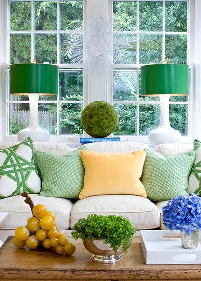 Классический Семейная комната by Sara Tuttle Interiors