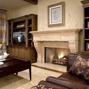 Klassisches Wohnzimmer mit beiger Wandfarbe, Kamin und freistehendem TV in Minneapolis