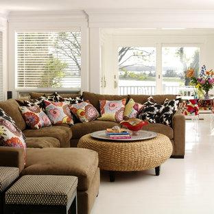 Cette photo montre une salle de séjour éclectique ouverte avec un mur blanc et un sol blanc.