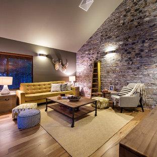 Foto de sala de estar costera, sin chimenea, con suelo de madera clara, televisor colgado en la pared y paredes grises